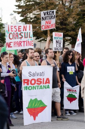 protest rosia montana iasi piata unirii 2013 gemeni pancarda